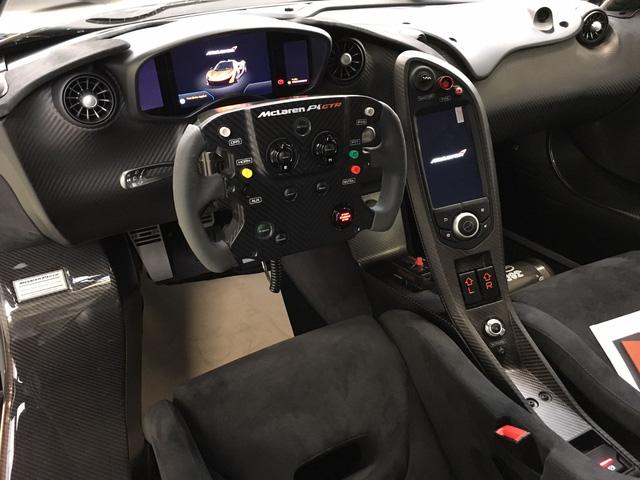 Trên vô-lăng của McLaren P1 GTR xuất hiện khá nhiều nút bấm và công tắc với màu sắc nổi bật. Nhờ đó, người lái có thể điều khiển các hệ thống điện tử quan trọng của xe mà không phải rời tay khỏi vô-lăng. Các nút bấm của hệ thống giảm lực cản DRS và hỗ trợ tăng công suất lập tức IPAS cũng nằm trên vô-lăng.