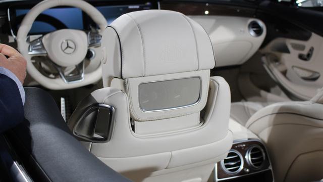 Đó là còn chưa kể đến thảm sàn tạo cảm giác mịn màng và sang trọng của Mercedes-Maybach S650 Cabriolet. Logo Maybach được in khắp nơi, từ ghế, sau tựa đầu, vô lăng đến bệ tì tay trung tâm.