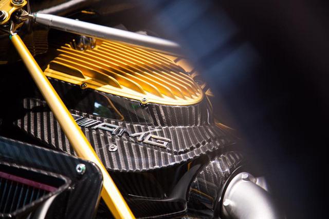 Ba màu xanh ngọc, đen carbon, và vàng được sắp xếp hài hòa mang đến vẻ ấn tượng cho khối động cơ V12 AMG, dung tích 6.0 lít, tăng áp kép, sản sinh công suất cực đại 700 mã lực. Thần gió phiên bản rồng mất 3,3 giây để tăng tốc lên 100 km/h từ vị trí xuất phát, trước khi đạt tốc độ tối đa 370 km/h.