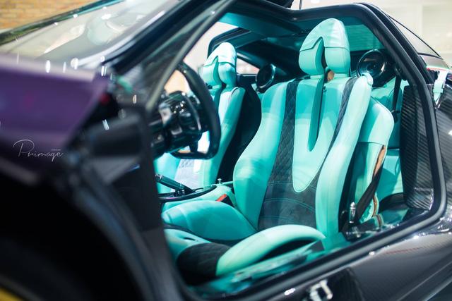 Bên trong nội thất nổi bật với màu xanh ngọc kết hợp cùng màu đen và nhiều chi tiết được phủ carbon cao cấp.