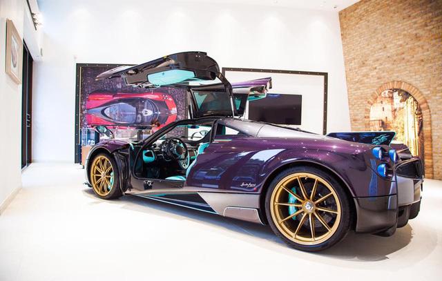 Ngoài ra, chiếc Pagani Huayra Dinastia với ngoại thất tím carbon còn đi kèm với gói tùy chọn Pacchetto Tempesta trị giá gần 181.000 USD tương đương 4,1 tỷ Đồng.