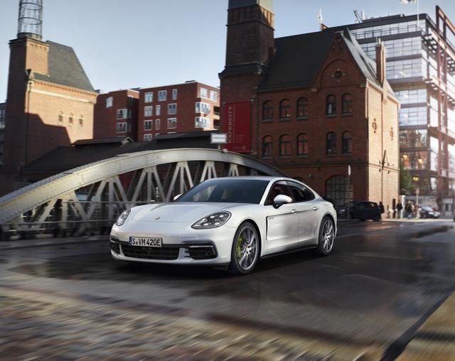 Porsche Panamera 2017 sẽ là tâm điểm của gian hàng Porsche tại Triển lãm ô to Quốc tế Việt Nam.