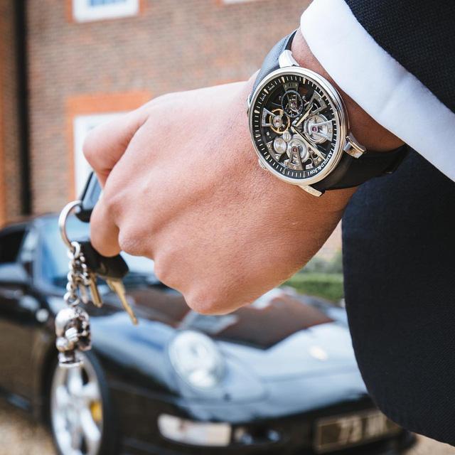 Chiếc đồng hồ Arnold & Son Nebula đọ dáng bên chiếc siêu xe Porche 918 cổ điển. Chiếc đồng hồ được phát triển tập trung vào khả năng đo thời gian chuẩn xác cùng với một bộ máy tourbillon ổn định, một thiết bị có lực không đổi và khả năng trống cót kép bền bỉ. Ngoài ra, Nebula còn khoác lên mình một vẻ đẹp kiến trúc tuyệt vời của bộ chuyển động có tính đối xứng cao.