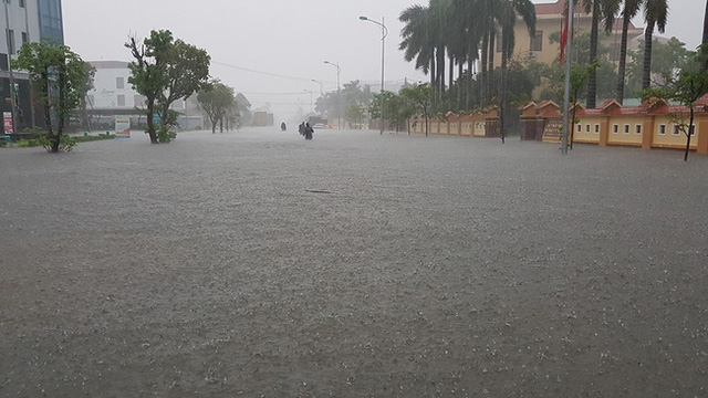 Mưa lớn kéo dài hàng tiếng đồng hồ vào chiều 14/10 ở Quảng Bình. Ảnh: FB Phong Dương