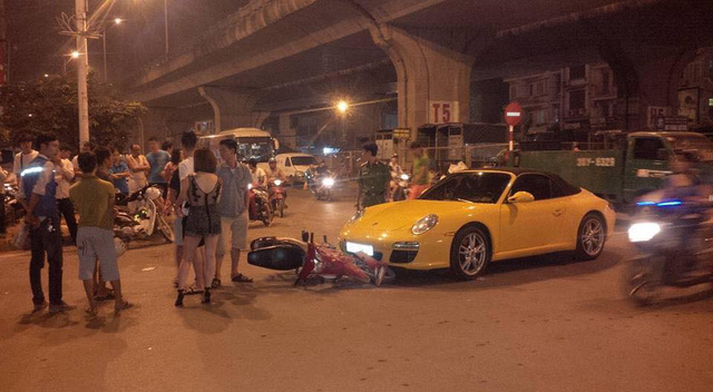 Hà Nội: Nữ tài xế cầm lái Porsche 911 Carrera va chạm cùng xe máy - Ảnh 2.