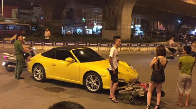 Hà Nội: Nữ tài xế cầm lái Porsche 911 Carrera va chạm cùng xe máy - Ảnh 1.