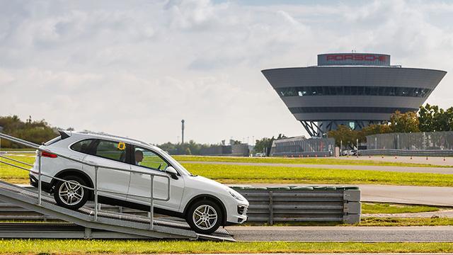 Sau khi đã vượt qua tất cả các bài thử nghiệm bên trong nhà máy, những chiếc xe Porsche đủ điều kiện sẽ được đưa ra ngoài để chạy thử trên các bài kiểm tra thực tế được dựng sẵn của các chuyên gia thử xe Porsche. Công đoạn này bao gồm cả kiểm tra độ kín khít chống nước của thân xe.
