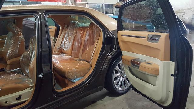 Điểm nhấn của bản độ này là bộ cửa tự sát tương tự những chiếc Rolls-Royce.