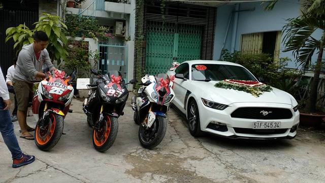 Ford Mustang 2015 cùng cặp đôi Honda CBR1000RR và BMW S1000RR.