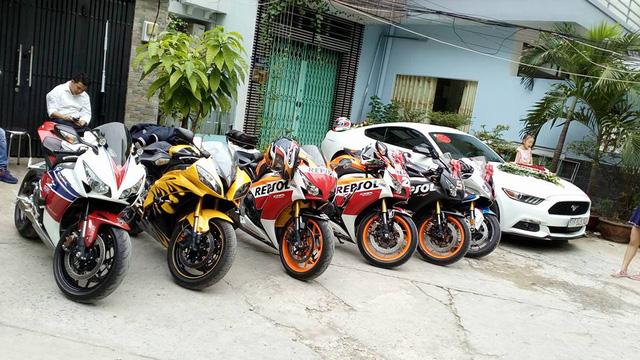 Từ trái qua Honda CBR1000RR Fireblade SP 2014, Yamaha R6, bộ đôi Honda CBR1000RR Repsol, Honda CBR1000RR, BMW S1000RR và cuối cùng là mẫu xe thể thao 2 tỷ Đồng Ford Mustang 2015.