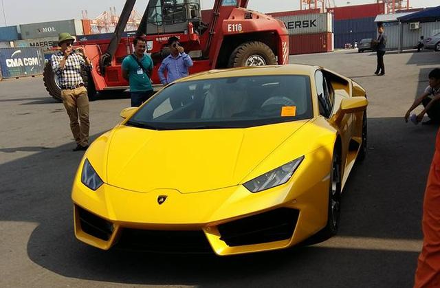 Lamborghini Huracan LP580-2 lúc còn ở cảng Tân Vũ, Hải Phòng.