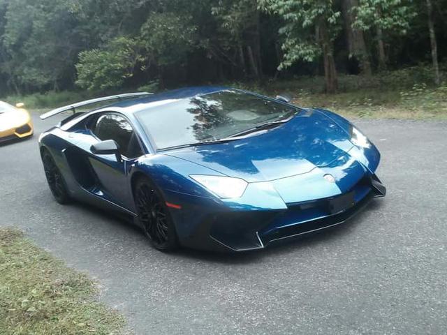 Siêu xe Lamborghini Aventador SV làm nền cho đại gia Minh Nhựa tạo dáng bên vợ - Ảnh 1.
