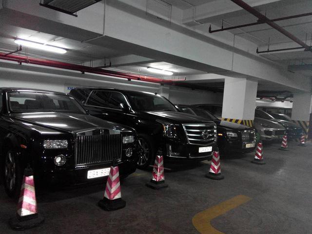Căn hầm quyền lực với cặp đôi Rolls-Royce Phantom và Ghost, ngoài ra còn có hai chiếc Porsche Cayenne và khủng long Cadillac Escalade.