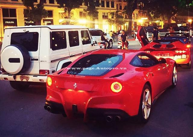 Các đại gia Hà thành cũng hay có thói quen tụ tập siêu xe cùng nhau. Trong ảnh là Ferrari California T màu xanh, Aventador Lp700-4 mui trần và Ferrari F12 Berlinetta màu đỏ, chiếc màu trắng là Mercedes-Benz G63 AMG.