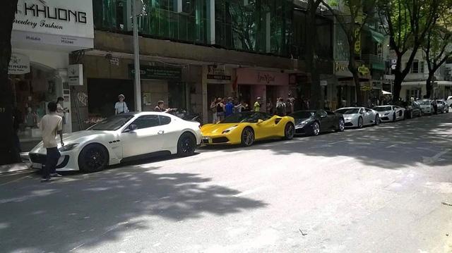 Trong bức ảnh này còn thiếu hai chiếc Lamborghini Aventador LP700-4 mui trần và McLaren 650S Spider do không đủ chỗ đậu, nếu có chỗ đậu xe dài hơn đây chắc có lẽ là con phố cà phê sang chảnh nhất Việt Nam.