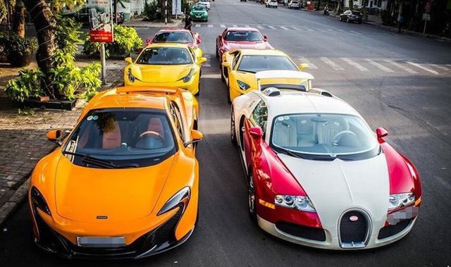 Trà chiều của các đại gia Việt khá tao nhã với 6 chiếc siêu xe xếp thành hàng hai. Mỗi chiếc đều có mức giá gấp 2 hay 3 lần so với giá bán tại nước ngoài.