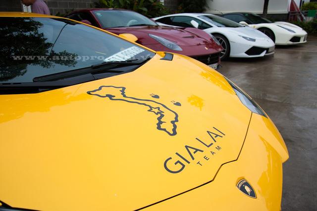 Lamborghini Aventador LP700-4 màu vàng này vừa được dán thêm bản đồ Việt Nam trên nắp capô, ngoài ra, còn có hai quần đảo Hoàng Sa và Trường Sa được viết tắt cùng dòng chữ Gia Lai Team đầy nổi bật.