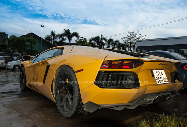 Aventador LP700-4 sử dụng động cơ V12, dung tích 6,5 lít, sản sinh công suất tối đa 700 mã lực và mô-men xoắn cực đại 690 Nm. Sức mạnh được truyền tới cả bốn bánh thông qua hộp số tự động 7 cấp ISR. Nhờ đó, xe có thể tăng tốc từ 0-100 km/h trong 2,9 giây trước khi đạt vận tốc tối đa 349 km/h.