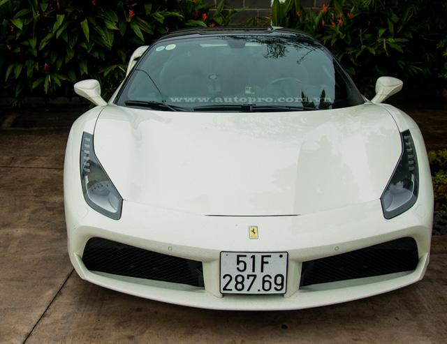 Ở buổi test xe này, doanh nhân Quốc Cường cầm lái siêu xe Ferrari 488 GTB màu trắng. Vào tuần trước anh cũng ngồi sau vô lăng siêu ngựa này để cùng với bộ đôi Lamborghini Aventador LP700-4 màu vàng và trắng dạo chơi biển Vũng Tàu.