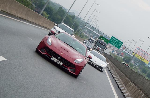 Ferrari F12 Berlinetta độ độc nhất Việt Nam và phía sau là Lamborgini Huracan LP610-4, mẫu siêu xe đang gây cơn sốt trong giới chơi xe Việt với hơn 12 chiếc được đưa về nước.