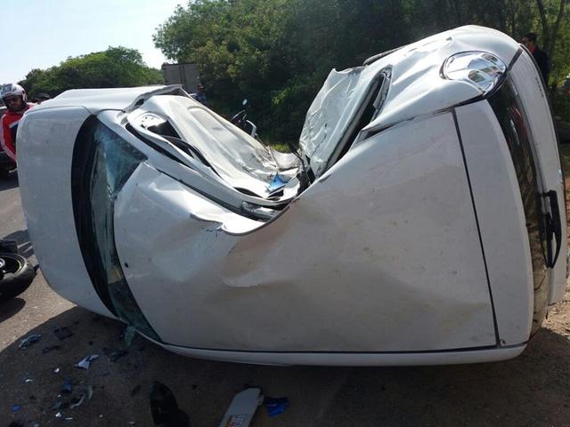 Chiếc ô tô bị móp khá nặng sau cú tông trời giáng của mô tô.