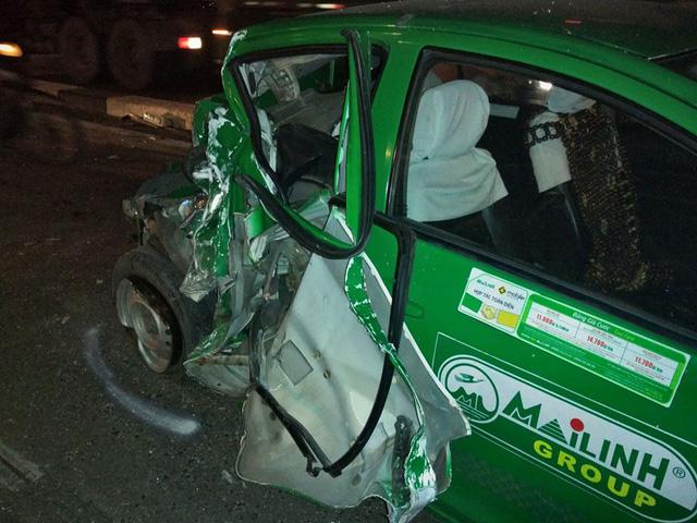 Chiếc taxi bị hư hỏng nặng sau vụ tai nạn.