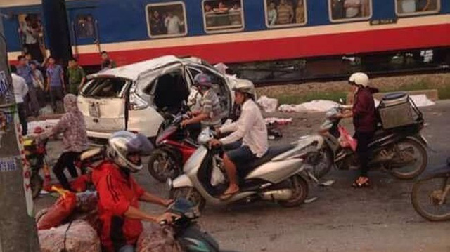 Vụ tai nạn kinh hoàng giữa Honda CR-V và tàu hỏa khiến 6 người tử vong.