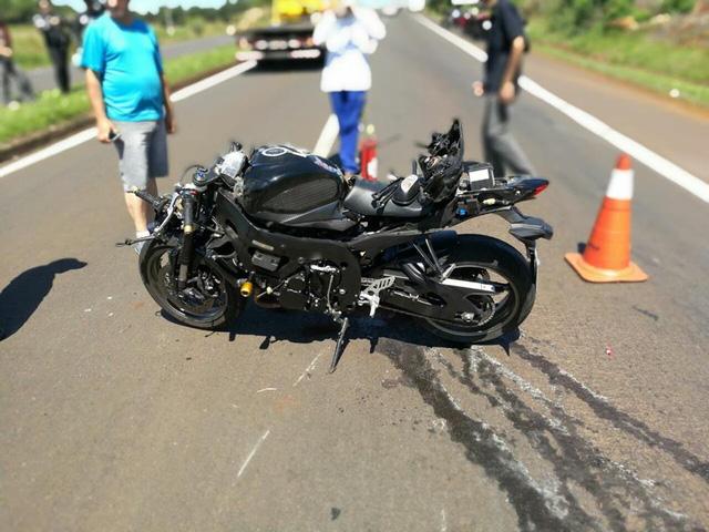 Chiếc Suzuki GSX-R750 bị biến dạng nặng phần đầu và đuôi xe sau vụ tai nạn.