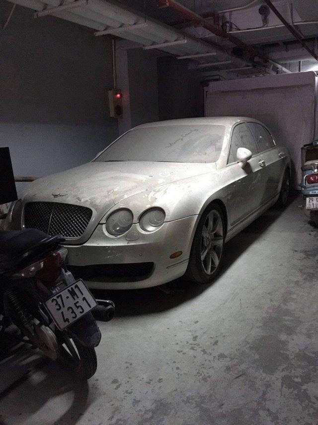 Chiếc xe siêu sang nằm im trong hầm đỗ xe ở Hà Nội, đóng một lớp bụi dày đặc bẩn thỉu.