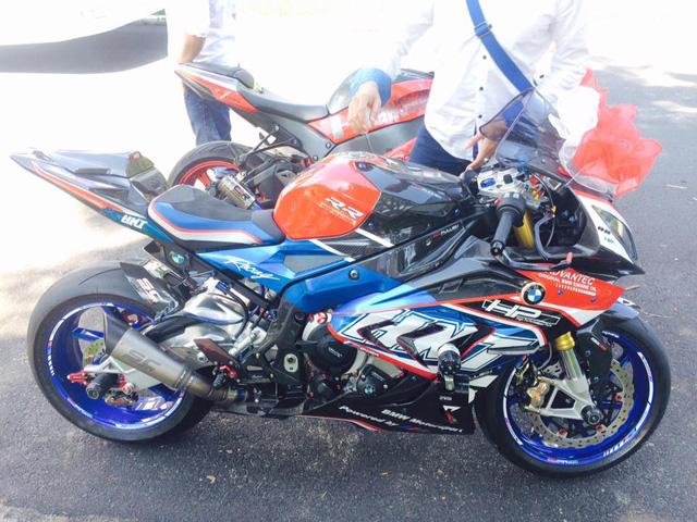 Thêm một chiếc BMW S1000RR khác được độ dàn áo cùng nhiều món đồ chơi hàng hiệu.