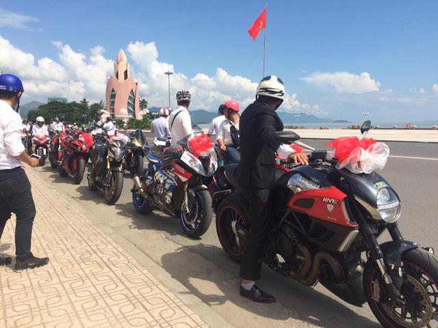 Chú rể tự tay cầm lái chiếc Ducati Diavel dẫn đoàn mô tô khủng đi rước dâu.