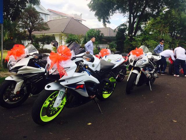 Những chiếc mô tô phân khối lớn tham gia rước dâu đều được trang trí nơ hoa trước đầu xe.