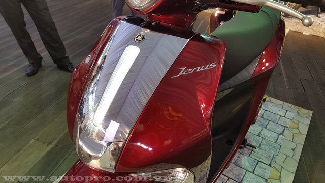 Mặt nạ xe nổi bật với dãy đèn LED tương tự mẫu xe tay ga cao cấp Grande.