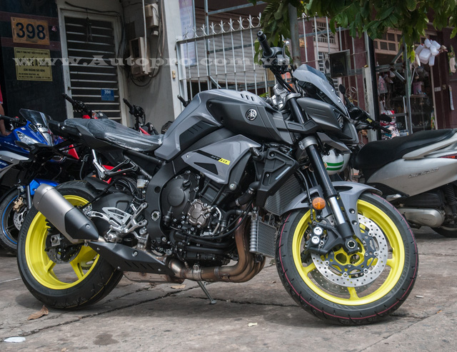 Yamaha MT-10 có kích thước tổng thể bao gồm chiều dài 2.095 mm, rộng 800 mm và cao 1.100 mm. Chiều cao yên xe tính từ mặt đất khoảng 825 mm. Xe có trọng lượng 210 kg.