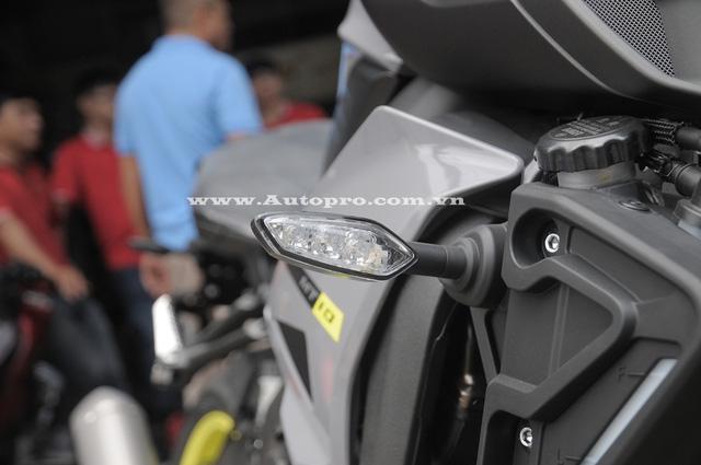 Yamaha MT-10 được trang bị hệ thống treo của KYB với giảm xóc trước hành trình ngược kích thước 43 mm và giảm xóc sau dạng đơn.