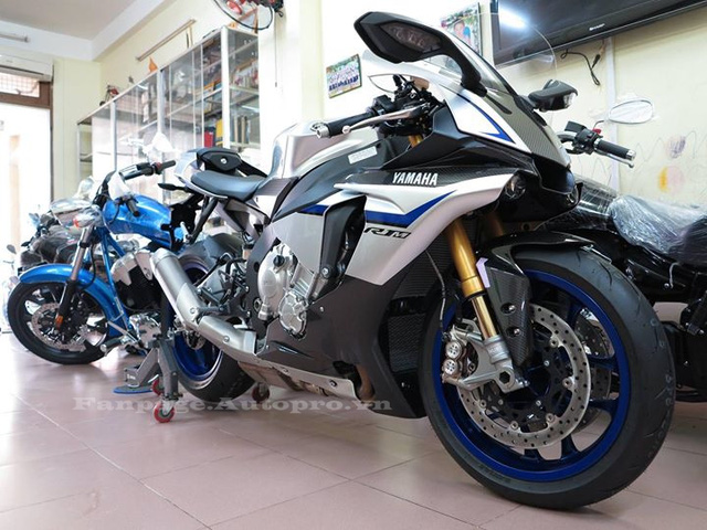 Cũng chính vì thế mà các phiên bản YZF-R1 và bản giới hạn 500 chiếc R1M ở đời 2016 đã được thay mới hộp số, đây là sự điều chỉnh kịp thời của hãng mô tô Yamaha. Trong đó, đáng chú ý là phiên bản Yamaha YZF-R1M đời 2016 đã cập bến thị trường Việt Nam.