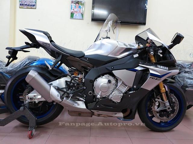 Tại thị trường nước ngoài Yamaha R1M có giá 21.990 USD, mức giá tại thị trường Thái Lan là 36.500 USD, còn tại Việt Nam R1M đời 2016 có giá bán tham khảo 830 triệu Đồng, giao hải quan.
