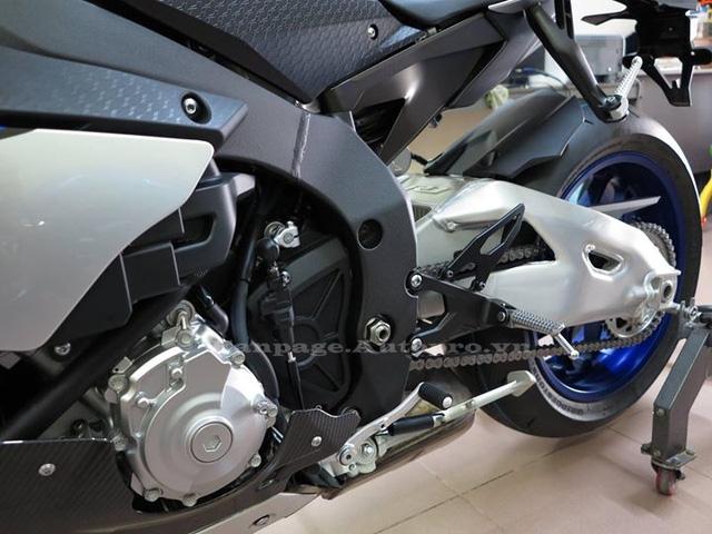 Công nghệ Slide Control System trên chiếc M1 trong đường đua Moto GP cũng được áp dụng cho R1M, hệ thống này sẽ can thiệp vào động cơ nhằm kiềm hãm công suất giúp người lái tránh được các tình trạng văng trượt khi tăng tốc ở các khúc cua.