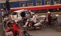 Tai nạn thảm khốc: Honda CR-V bị tàu hỏa đâm, 7 người thương vong tại Hà Nội