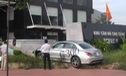 Sài Gòn: Xe chạy thử Mercedes-Benz C300 AMG leo vỉa hè, đâm đổ cây cau