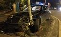 Hà Nội: Tông gãy cột điện trên vỉa hè, Mercedes-Benz S400 4 tỷ Đồng