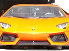 """""""Ca sỹ đánh bạn gái"""" Chris Brown lái Lamborghini Aventador rực rỡ"""