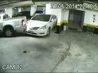 """Xe bán tải """"trừng phạt"""" Hyundai Azera đỗ lấn """"chuồng"""""""