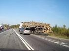 Xe con đi ẩu khiến hai xe tải gặp nạn