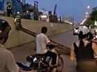 Hà Nội: Thanh sắt 15m tuột cáp cẩu rơi từ đường trên cao, 2 người suýt chết