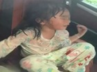 Cảnh sát đập cửa sổ cứu bé gái bị bỏ quên trong xe Audi