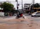 """Chạy trên đường ngập nước, biker bị sụt """"hố tử thần"""""""