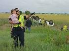 Cảnh sát đánh lạc hướng bé gái khỏi cái chết của bố gây xôn xao