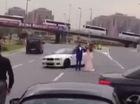 Đoàn xe đám cưới chặn đường cao tốc để drift quanh cô dâu chú rể