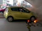 Chevrolet Spark cháy đùng đùng dưới gầm cầu vượt Ngã Tư Sở